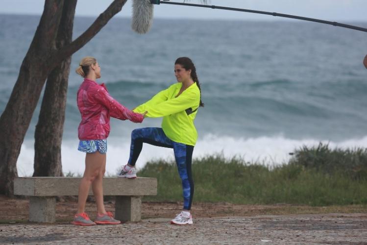 """11.jul.2014 - Com roupas de ginástica, Bianca Rinaldi e Giovanna Antonelli gravam cenas de """"Em Família"""" no Recreio dos Bandeirantes, no Rio"""