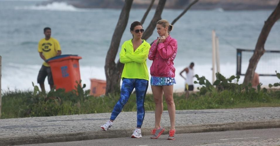 """11.jul.2014 - Com roupas de ginástica, Bianca Rinaldi e Giovanna Antonelli, que interpretam Silvia e Clara, gravam cenas de """"Em Família"""" no Recreio dos Bandeirantes, no Rio"""