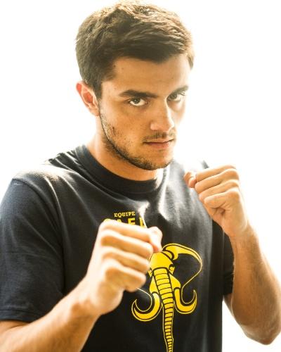 COBRA (Felipe Simas) -  Competitivo e desleal, é um lutador sádico e quer ser campeão custe o que custar, por isso cria problemas na Academia de Lutas do Gael e logo de cara terá antipatia com Duca (Arthur Aguiar)