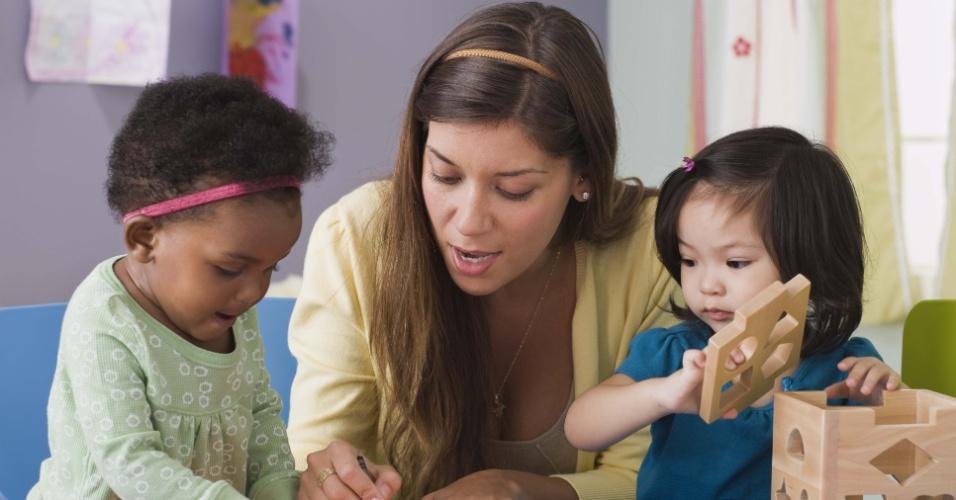 crianças pequenas, mulher, professora, cuidadora