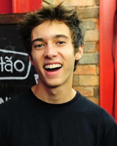 JOÃO (Guilherme Hamacek) - Introvertido e viciado em games, o jovem nerd é filho de Dandara (Emanuelle Araujo) e Renê (Mário Frias). Filho de artistas, ele detesta esse universo