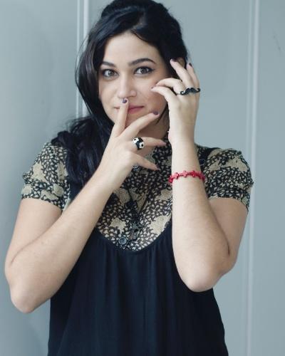 JOAQUINA (Yasmin Gomlevsky) - Sonha em ser uma atriz profunda e dramática, mas sempre arranca risos de todos. Tem um vlog que teoricamente seria um grande diário de desabafos, mas como sempre, é uma comédia