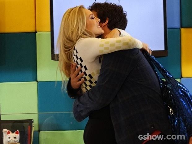 Megan abraça e beija Davi com empolgação, e Manu vê tudo