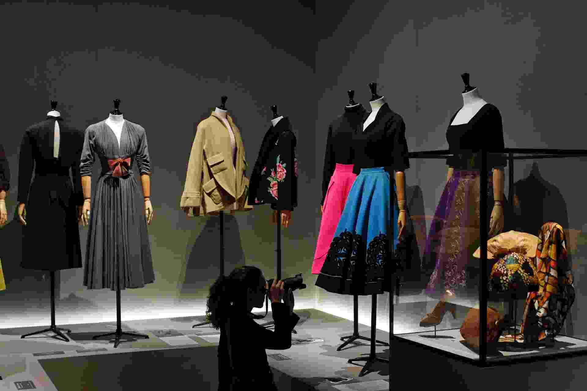 """11.jul.2014 - Exposição """"Les Années 50"""", realizada no Museu da Moda de Paris, mostra a elegância da alta-costura dos anos 50 - Benoit Tessier/Reuters"""