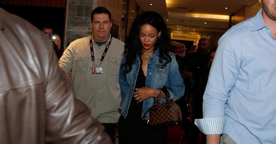 11.jul.2014 - Rihanna deixa o hotel em Copacabana cercada por seguranças