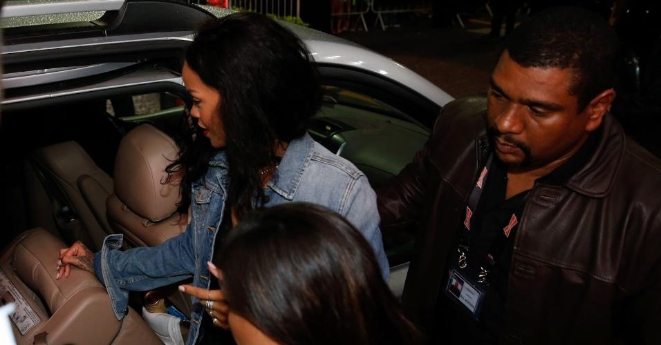 11.jul.2014 - Rihanna deixa o hotel em Copacabana cercada por seguranças e entra no carro. A cantora deve assistir à final da Copa do Mundo, no Maracanã