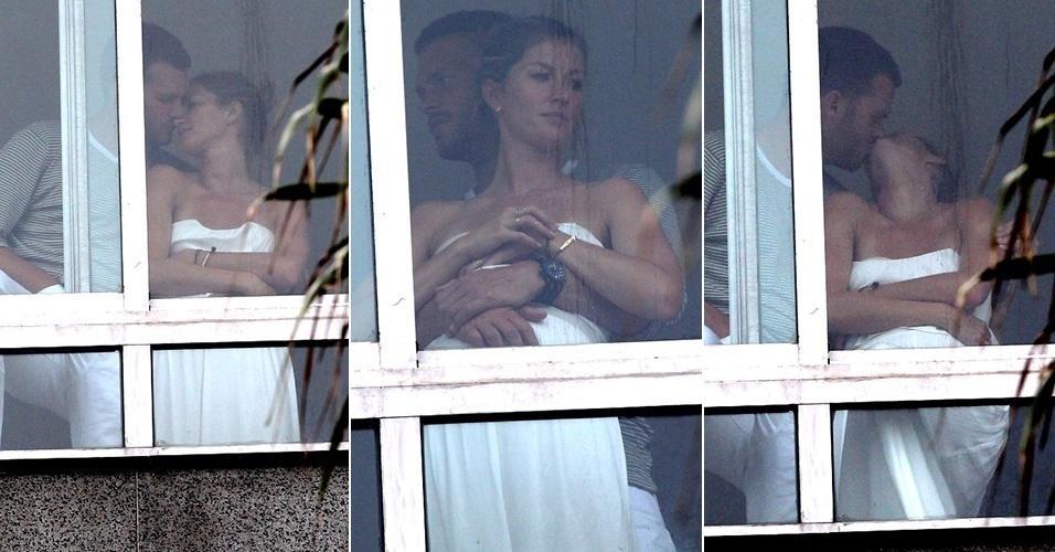 12.jul.2014 - Só de toalha, Gisele Bündchen troca carinhos com o marido, Tom Brady, em sacada de hotel, no Rio