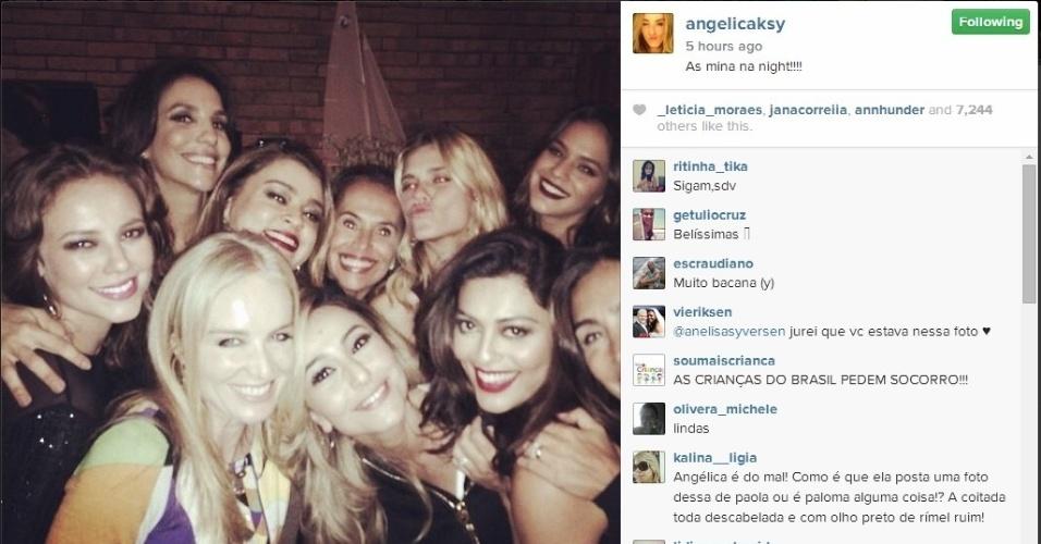 """12,jul.2014 - A noite de sábado foi animada na casa de Luciano Huck e Angélica. Olhem só o elenco da festa. """"As mina na night"""" escreveu a apresentadora ao publicar a imagem no Instagram"""