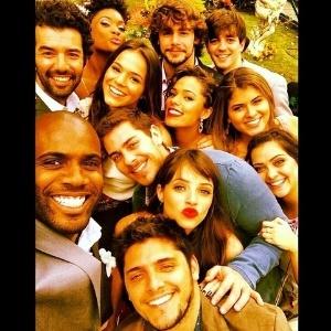 """A uma semana do fim de """"Em Família"""", elenco jovem tira super selfie nos bastidores de gravação no Projac"""