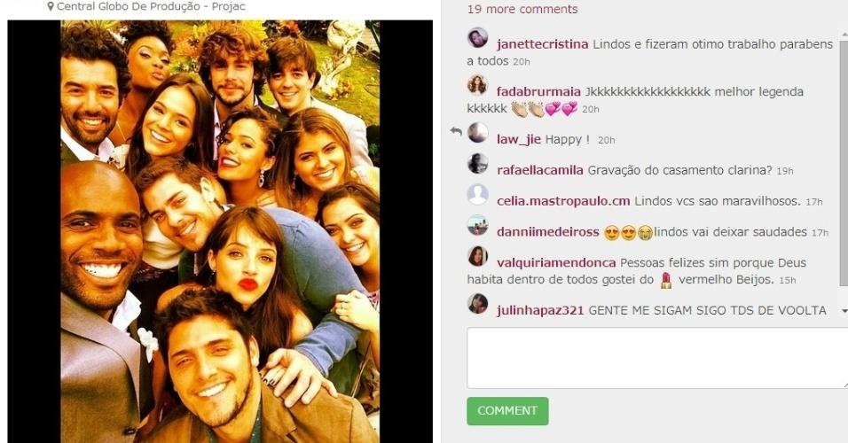 """12.jul.2014 - A uma semana do fim de """"Em Família"""", elenco jovem tira super selfie nos bastidores de gravação no Projac. Era sábado, mas a turma estava animada"""