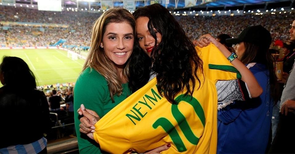 13.jul.2014 - Deborah Secco posa com Rihanna na final da Copa do Mundo. A cantora segura uma camisa da seleção brasileira com o nome de Neymar