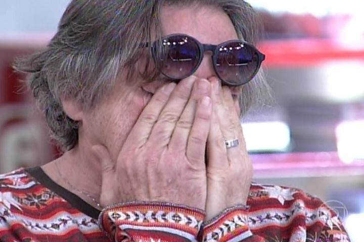14.jul.2014 - José de Abreu se emociona ao ouvir relato de mãe sobre o filho que foi espancado por ser confundido com bandido. O ator perdeu um filho aos 21 anos, em 1991