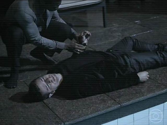 14.jul.2014 - O corpo de Bruno é colocado na borda da piscina. Ele foi encontrado boiando