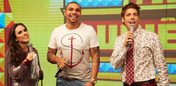 """Naldo foi o primeiro convidado do """"Tudo Pela Audiência"""", apresentado por Tatá Werneck e Fábio Porchat"""