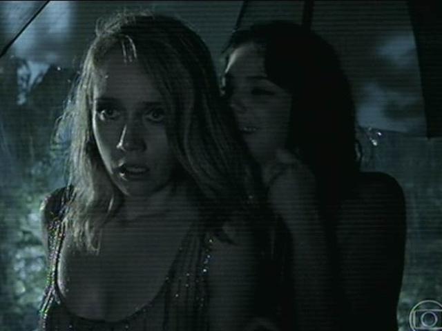 14.jul.2014 - A perua Maria Angela (Camila Morgado) fica em choque ao descobrir que alguém morreu na mansão