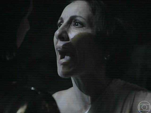 14.jul.2014 - A psicóloga Camila, casada com Oswaldo (Júlio Andrade), é amante de Kiko. Os dois se agarram no banheiro durante a festa