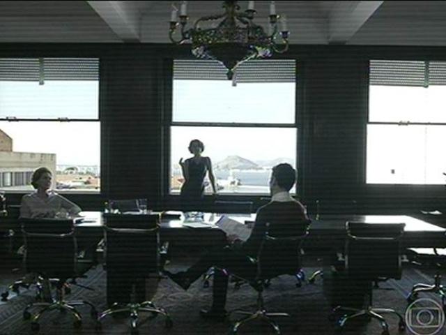 14.jul.2014 -  As cenas de flashbacks mostram como Bruno Ferraz, profissional de TI (tecnologia da informação), é contratado para trabalhar na Mahler Engenharia. É Gilda e Angela quem conversam com o rapaz