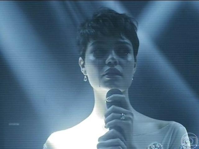 14.jul.2014 - Duda canta durante a festa de Angela. Bêbada, ela chora e dedica a canção ao namorado, Bruno, sem saber que ele estava morto