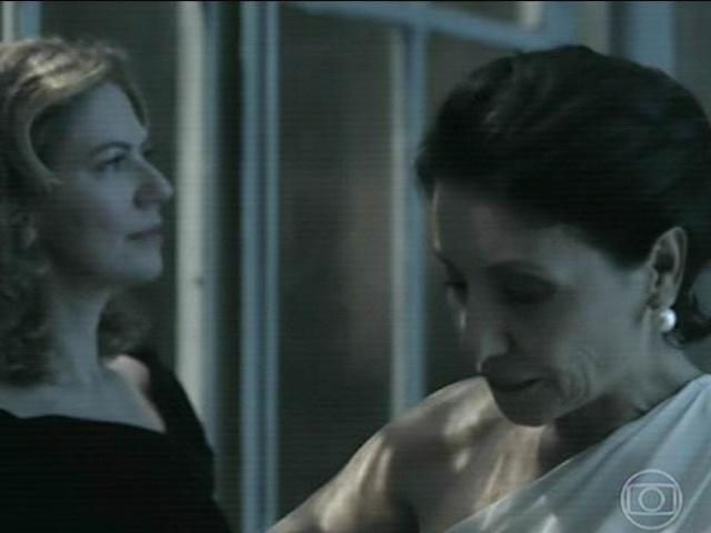 14.jul.2014 - Gilda (Cássia Kis Magro), diretora jurídica da Mahler Engenharia, e Angela conversam durante a festa na mansão