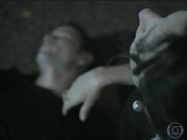 14.jul.2014 - Gilva fica desesperada ao descobrir que Bruno morreu e foi encontrado boiando na piscina
