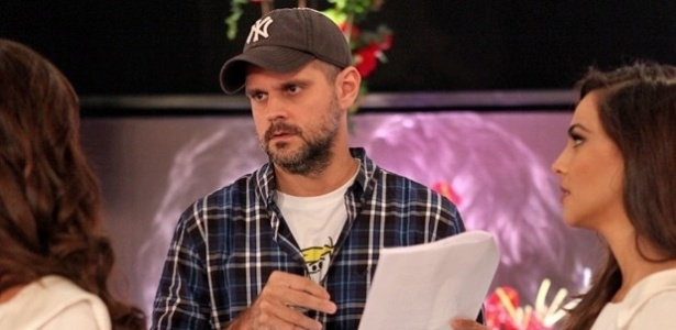 """Leonardo Nogueira, marido de Giovanna Antonelli, dirige a mulher e Tainá Müller no casamento de """"Em Família"""""""