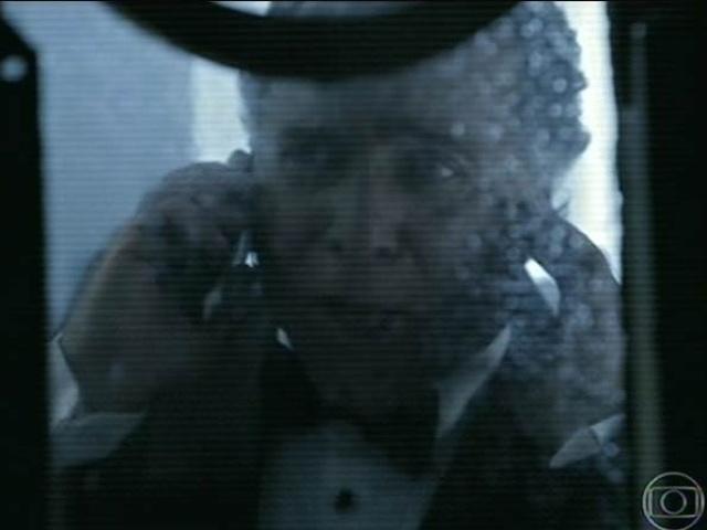 14.jul.2014 - O empresário Carlos Braga Vidigal, parceiro de Angela, aparece em cenas suspeitas. Ele pede para o amigo Bernardo (José de Abreu) aproveitar que todos estão na festa e encontrar um tal dossiê