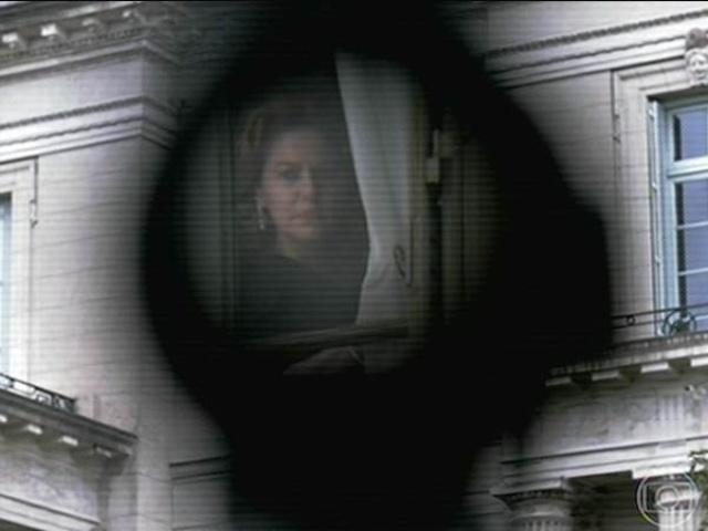 14.jul.2014 -  O final do primeiro capítulo mostra Angela na janela e um tiro é disparado