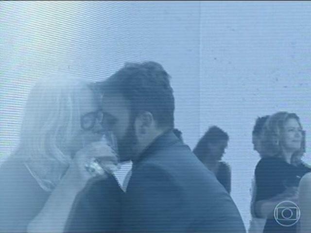 14.jul.2014 - Vic Garcez (Vera Holtz) aparece aos beijos com o namorado, Kiko (Pablo Sanábio)