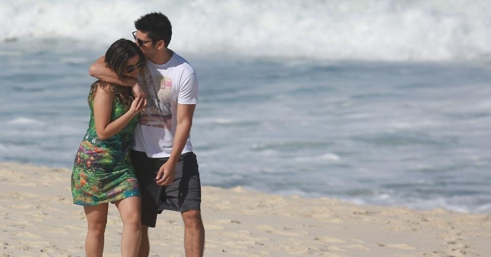 15.jul.2014 - Bruno Gissoni e Polliana Aleixo gravam cenas do casal André e Barbara na praia do Recreio dos Bandeirantes, no Rio de Janeiro