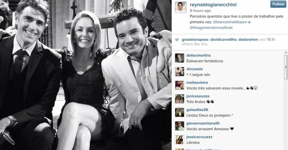 """15.jul.2014 - Reynaldo Gianecchini divulgou imagem dos bastidor da reta final de """"Em Família"""". Na foto ele aparece ao lado de Thiago Mendonça e Bianca Rinaldi. """"Parceiros queridos"""", escreveu ele"""