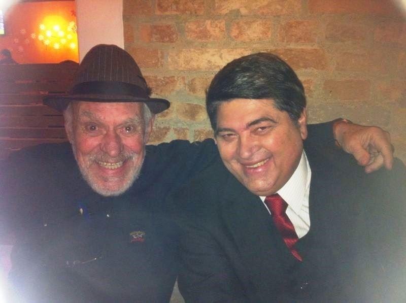 15.jul.2014 - Silvio Luiz comemorou seu aniversário de 80 anos em uma pizzaria de São Paulo acompanhado de amigos, como o apresentador José Luiz Datena. Barbudo por conta de uma promessa, Silvio Luiz trocou seu tradicional boné por um chapéu