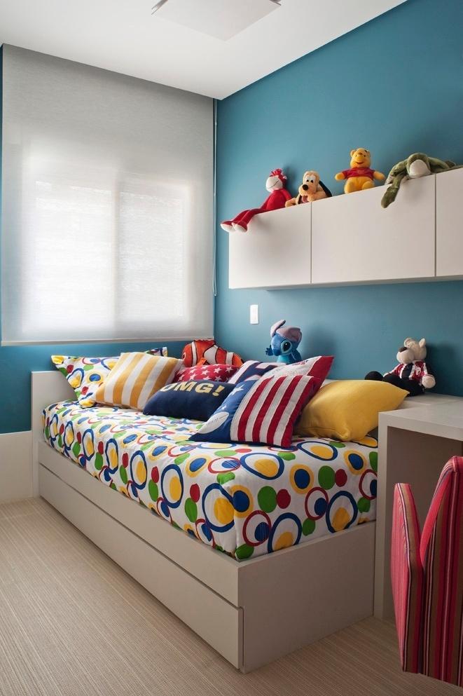 A bicama desenhada pelas arquitetas para o quarto do menino permite que ele convide um amiguinho para passar a noite e ainda tem um baú para guardar os brinquedos. O apê FMS tem projeto de reforma do escritório KTA Arquitetura