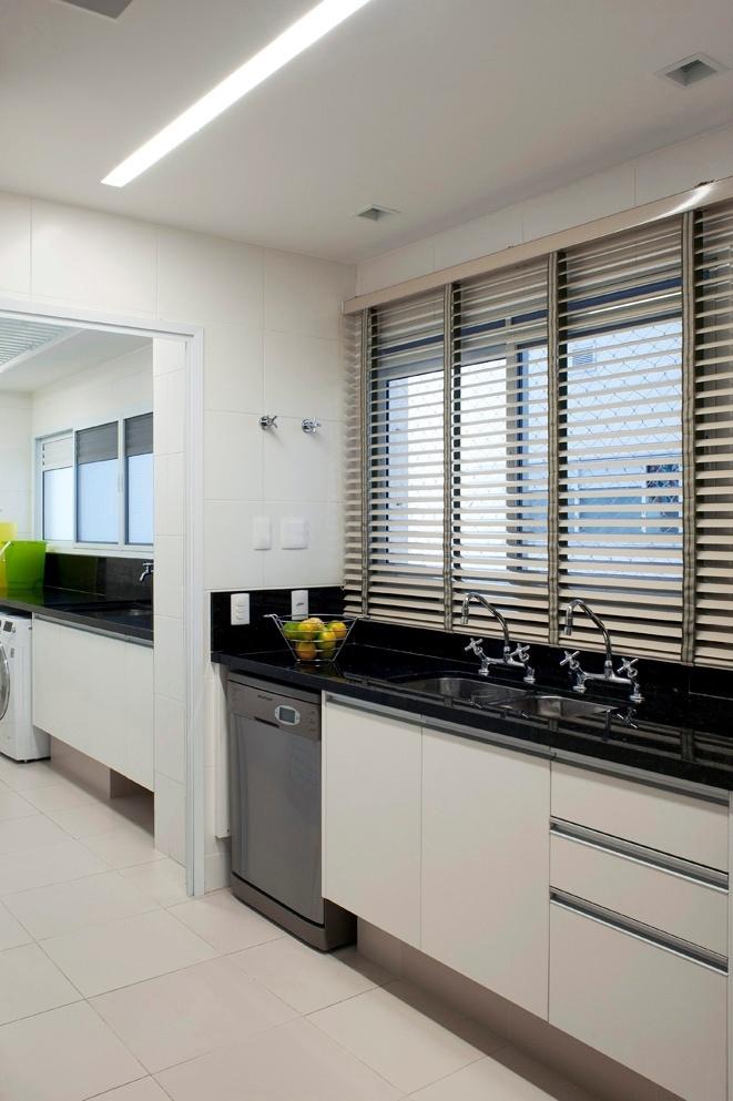 A cozinha do apê FMS, reformado pelo escritório KTA Arquitetura, tem mobiliário executado pela Elgin e materiais de fácil limpeza, como o piso de porcelanato, a bancada de granito e a persiana de alumínio (Luxaflex)
