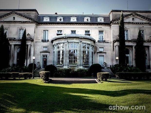 A mansão abusa de seus jardins e o verde predomina na arquitetura com inspiração na França