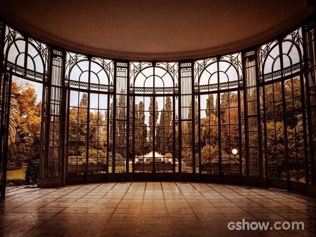 A pista de dança também é um cenário à parte, com vitrais para os jardins de fundo da mansão