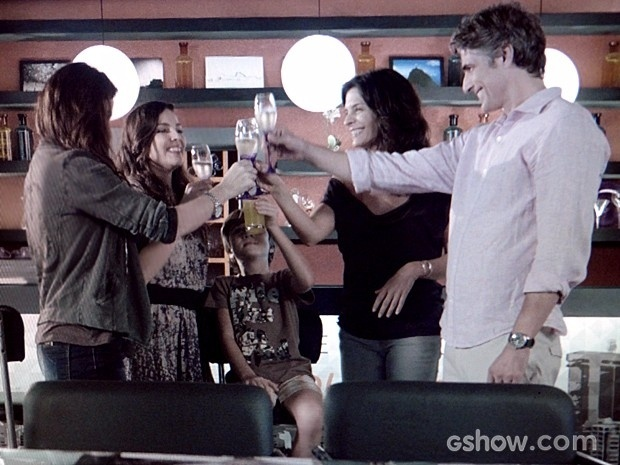 Clara, Marina, Vitor, Verônica e Cadu comemoram