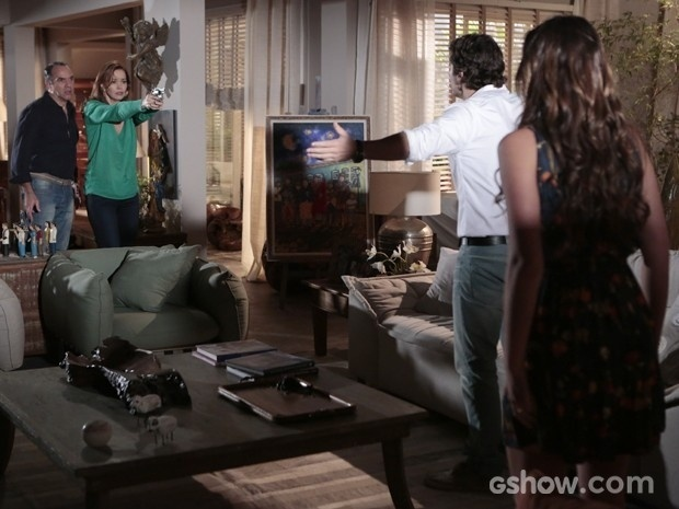 Helena atira em Laerte ao ver ele maltratando a filha