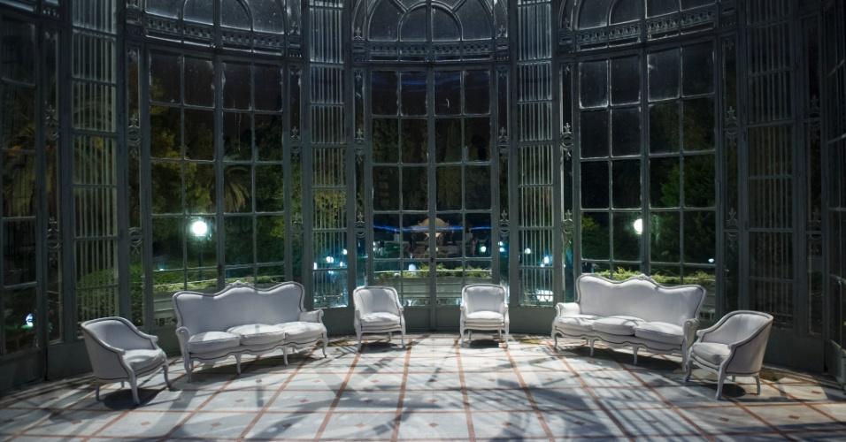 Na locação, são usados como cenário os jardins e as áreas externas da casa, além de alguns salões externos