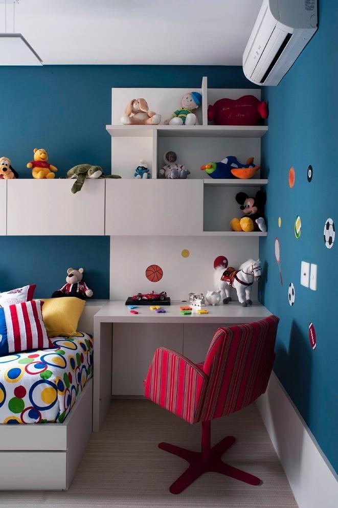 O dormitório do menino de quatro anos é azul e a temática escolhida foi o futebol, que aparece nos adesivos colados na parede (à dir.). Apesar da área reduzida, foi possível projetar uma escrivaninha que o garoto aproveitará para estudos num futuro próximo. O apê FMS tem projeto de reforma do escritório KTA Arquitetura