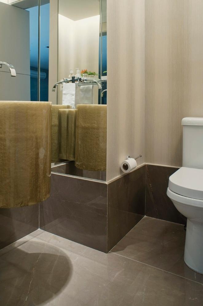 O lavabo ganhou um toque diferenciado com o piso de mármore bronze Armani que também compõe o rodapé alto. Destaque ainda para a cuba de resina da Valvée (à esq.). O apê FMS tem projeto de reforma do escritório KTA Arquitetura