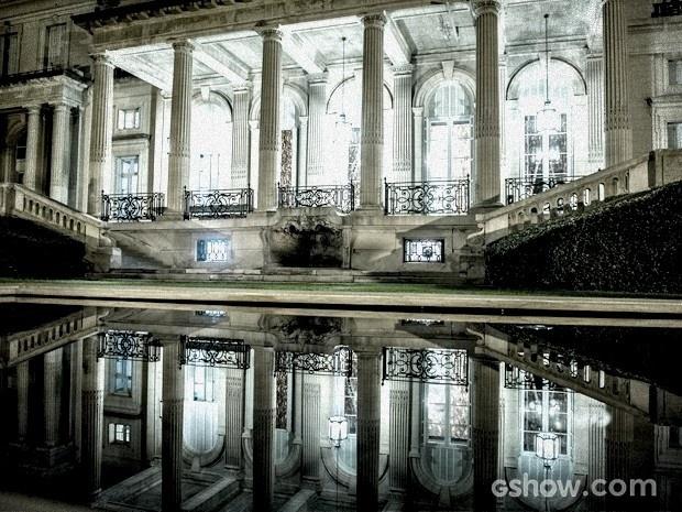 Os dois espelhos d´água instalados em frente à mansão, além de trazer mais sofisticação ao local, refletem a luz do painel e a fachada iluminada