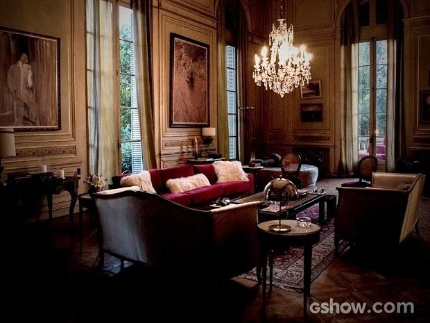 Os móveis, que têm origem turca, são cobertos por veludo vermelho, assim como alguns bancos em frente ao hall de entrada