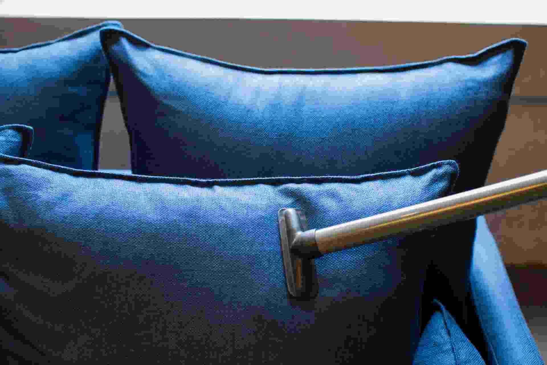 Passo a passo de limpeza de sofá - Leonardo Soares/ UOL