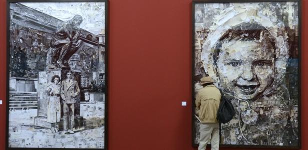 Visitante observa obras do brasileiro Vik Muniz no Encontro de Fotografia de Arles, no sul da França - Franck Pennant/AFP Photo