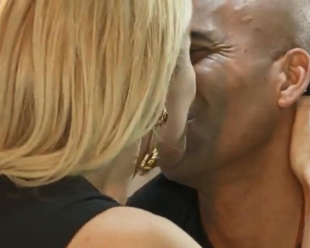 15.jul.2014 - Anatonia Fontenelle beija Emerson Sheik ao fim de entrevista