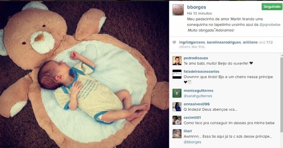 16.jul.2014 - Bárbara Borges posta foto do filho Martin, de apenas um mês, dormindo em um tapete de ursinho.