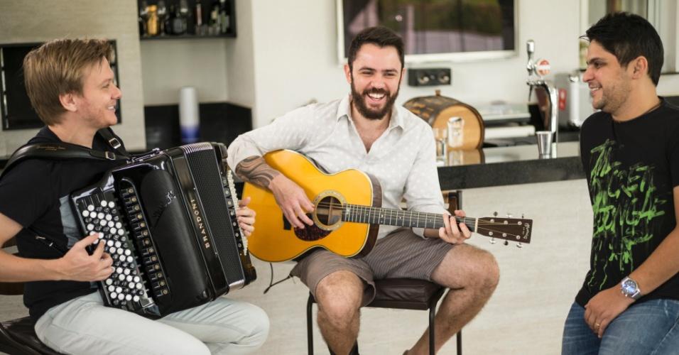 """16.jul.2014 - Michel Teló entrevista a dupla Jorge e Mateus para a estreia do """"Bem Sertanejo"""", do """"Fantástico"""""""