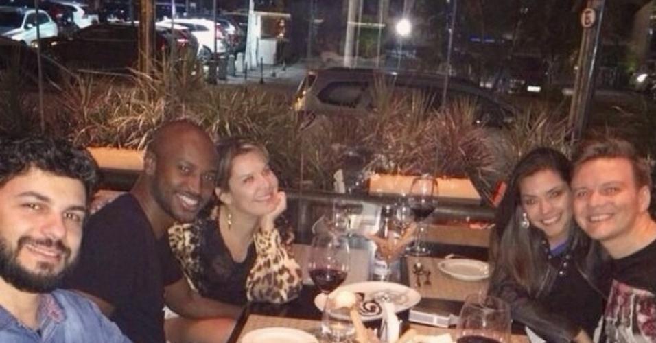 16.jul.2014 - Michel Teló, Thais Fersoza, Thiaguinho e Fernanda Souza jantam juntos no Rio de Janeiro
