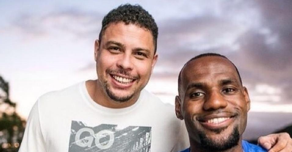 16.jul.2014 - Ronaldo posta foto ao lado do jogador de basquete LeBron James