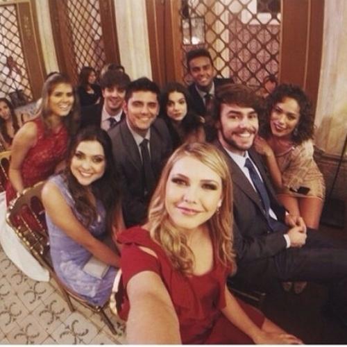 16.jul.2014- Poliana Aleixo pulbica em seu Instagram de parte do elenco reunido nos bastidores para cena de casamento do último capítulo